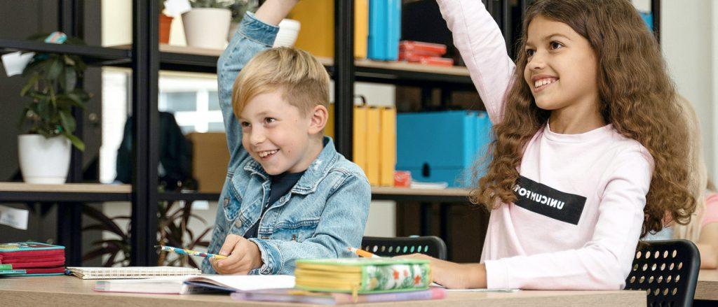 Alumnos recibindo clases de apoio escolar enprimaria